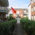 Mit Pfeil gekennzeichnete Wohnung im Mehrfamilienhaus