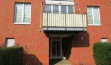 Mehrfamilienhaus mit Balkon in der ersten Etage