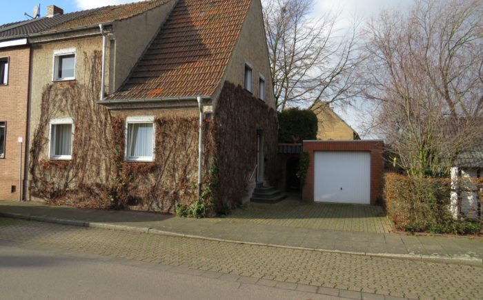 Haus mit Efeubewuchs und Garage