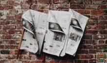 Zeitungen an der Wand im Café