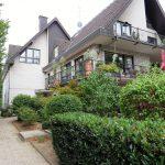 7-Familienhaus mit begrüntem Vorgarten