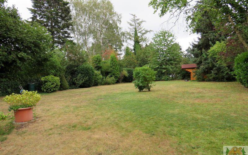 Rasenfläche hinter dem Haus mit Geräteschuppen für alle Mieter