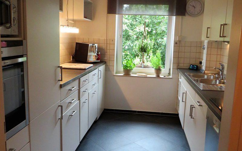 weiße Einbauküche mit Elektrogeräten