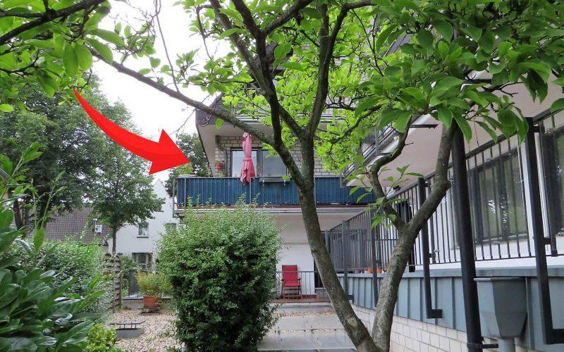Pfeil auf den Balkon auf der Rückseite des Mehrfamilienhauses